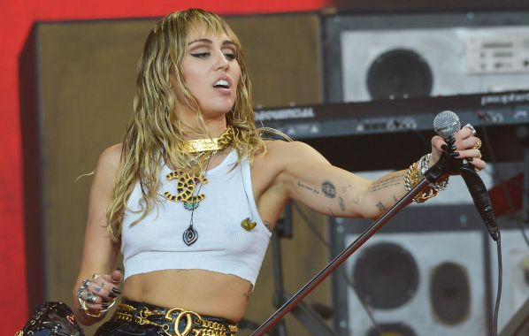 """NME Festival blog: Miley Cyrus was """"losing it"""" when plane to Glastonbury had mid-flight issues"""